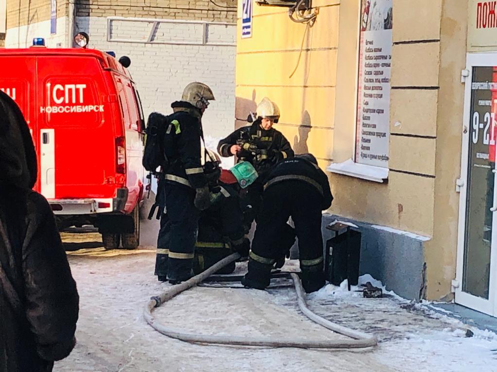 Пожарные проникают в задымленные помещения пятиэтажки