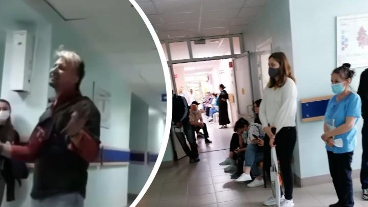 Тюменец устроил концерт в многочасовой очереди к врачу. Видео