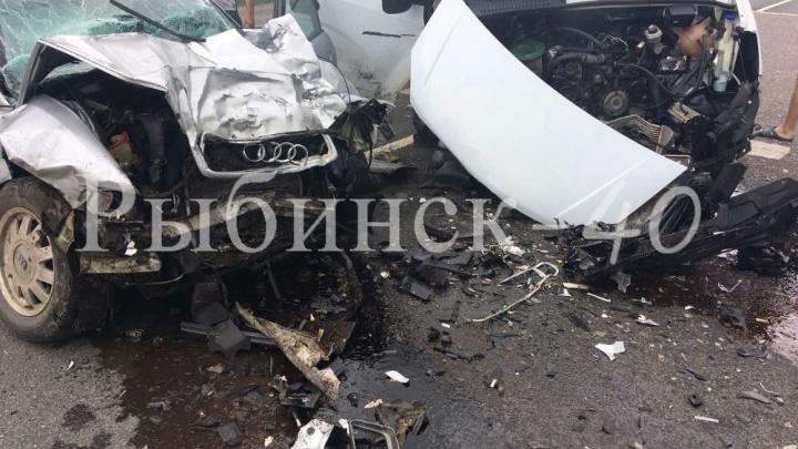 «Зажало в машине»: в Ярославской области в ДТП погибли два человека