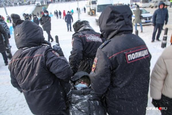 Полицейские задерживали сторонников Навального как перед началом акции, так и после