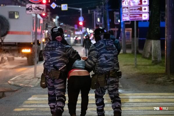 Задержанных на митинге посадили в автобусы и доставили в Кировский отдел полиции