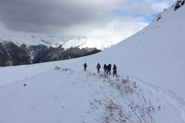 Туристы ходили в верховья реки Гумисты — там в мае немало снега