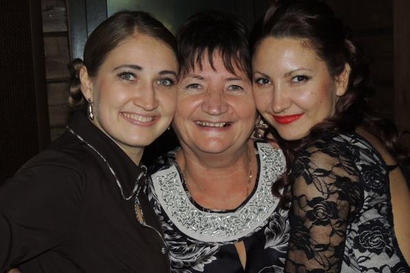 Мама Ирины, Зинаида, в центре, с нею рядом — дочки