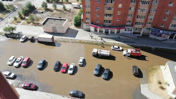 «Венеция случилась»: двор в Зареке затопило горячей водой (опять!)