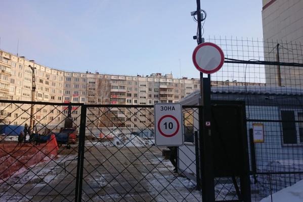 Конфликт между застройщиком, местными жителями и властями вышел на новый уровень: одних проверяет прокуратура, других штрафуют за протестные баннеры на фасаде