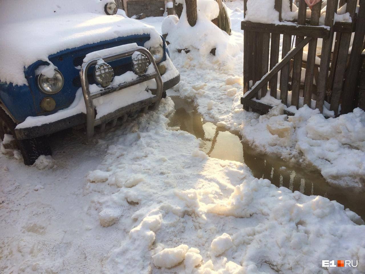 Местная жительница рассказала, что автомобиль, припаркованный возле дома, примерз к земле