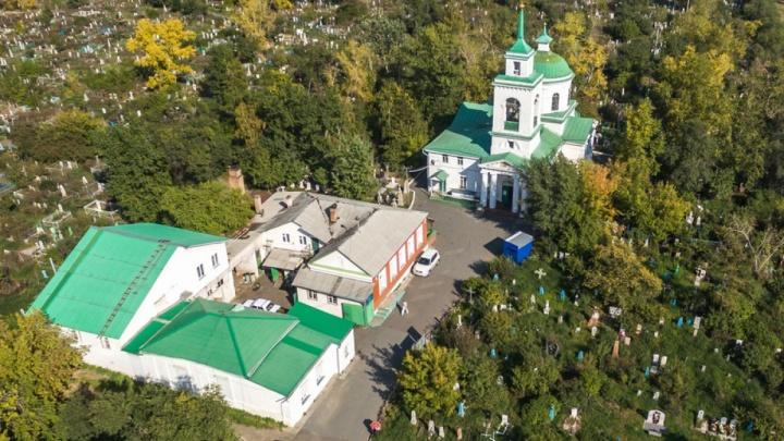 Город ищет подрядчика для восстановления разрушенной исторической ограды на Троицком кладбище