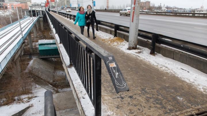 «Я еще надеюсь, что мост дождется ремонта»: в Волгограде укрепили оторвавшиеся перила Астраханского моста