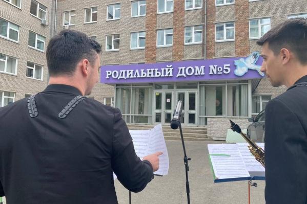 Сотрудники Красноярского отделения Сбербанка поздравили коллективы больниц города
