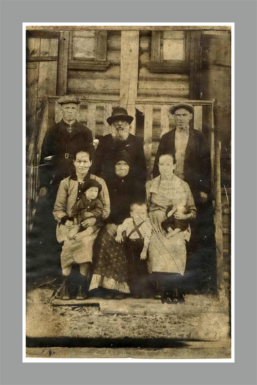 Фото периода 1933–1934 годов. Вся семья Ельциных на фоне деревянного дома в селе Басманово. Будущему первому президенту России на этом фото не больше трех лет