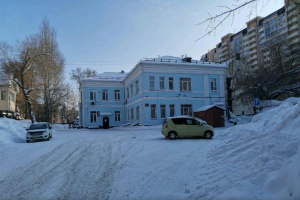 Здание на улице Чехова, когда-то бывшее родильным домом и принимавшее до 3000 родов в год, уже который месяц стоит пустым. Там идет реорганизация