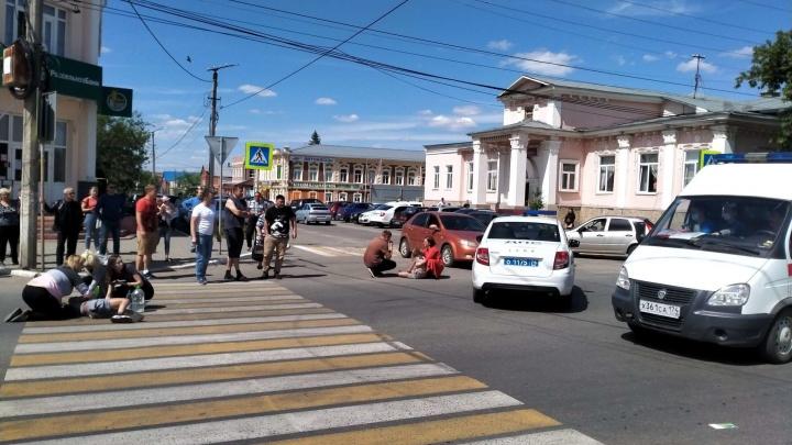 По факту ДТП со свадебным кортежем, сбившим детей, возбудили уголовное дело. Пострадавших везут в Челябинск