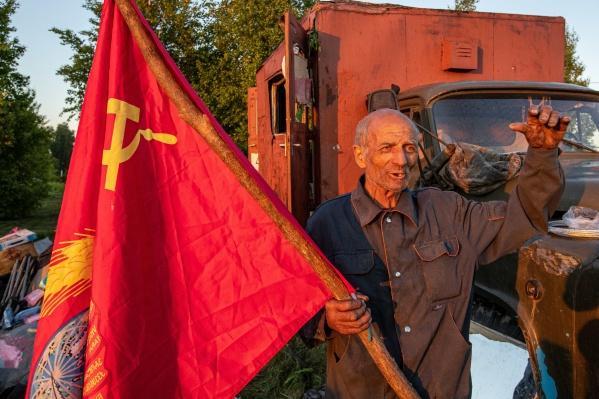 Флаг СССР, прикрепленный на будку грузовика, помогает ехать по трассе: все водители воспринимают этот знак радостно
