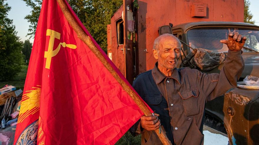 """Под флагом СССР из Магадана в Донецк: <nobr class=""""_"""">70-летний</nobr> дядя Толя бросил дом, взял семерых собак и уже год едет через всю страну"""