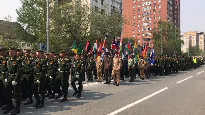 Неформальный парад в Тюмени: по городу идут военные, поют песни