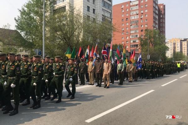 Солдаты в форме прошлись по центру Тюмени. Мероприятие — неформальное