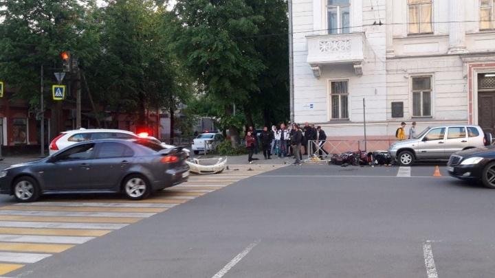 В Ярославле у «серого дома» мотоцикл столкнулся с автомобилем: есть пострадавшие