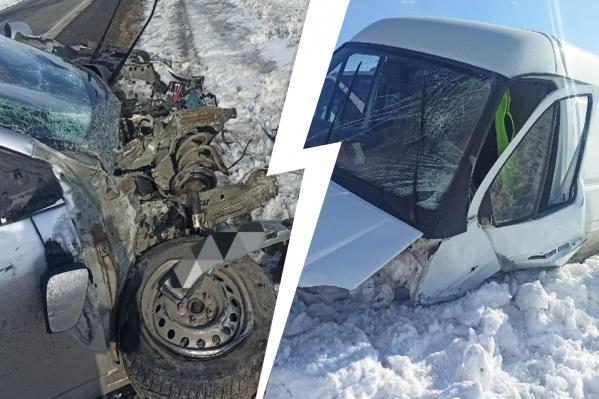 На кадрах, снятых очевидцами, видно, что оба автомобиля получили серьезные повреждения