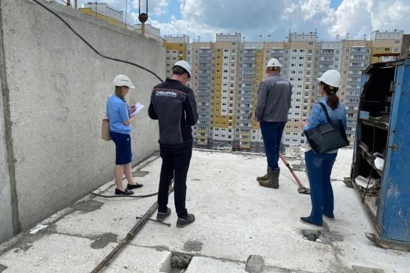Осмотр места трагедии. Рабочий сорвался с 11-го этажа панельного дома