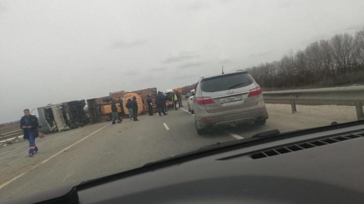 «Скорее всего, отказали тормоза»: трассу Волгоград — Москва перекрыли опрокинувшиеся КАМАЗ и трактор