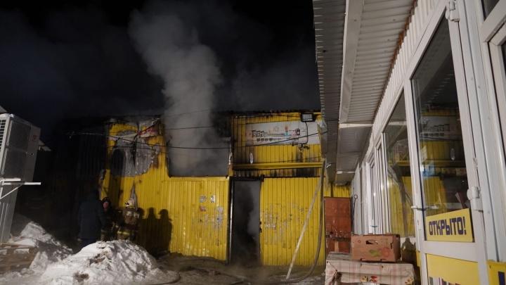«Продавцы спасали последнее»: появились фото пожара на рынке «Ракита»
