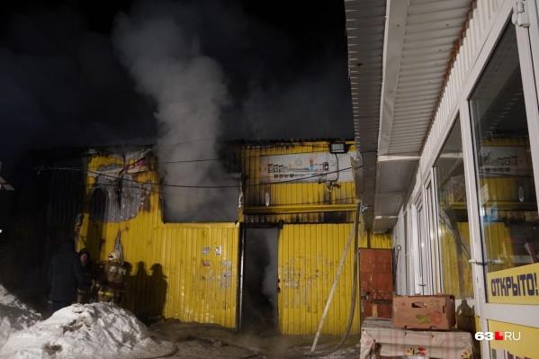 Дым вырывался из всех открытых окон и дверей