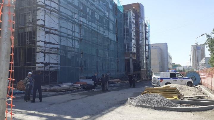 В Новосибирске рухнула строительная люлька с рабочими: подробности ЧП