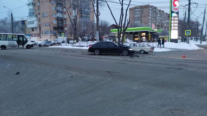 Бампер отдельно, машина отдельно: появилось фото с места ДТП с автобусом и BMW в Самаре