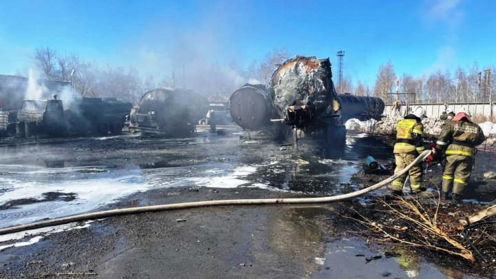 На Доковской загорелись КАМАЗ и цистерны— на месте работают 40пожарных