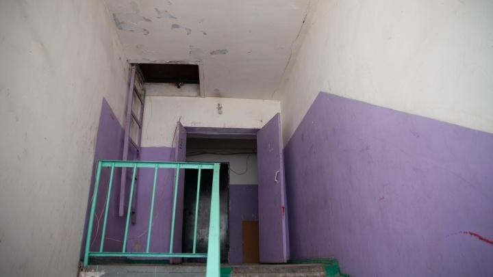 Жители тюменской многоэтажки жалуются на соседа, который угрожает им расправой
