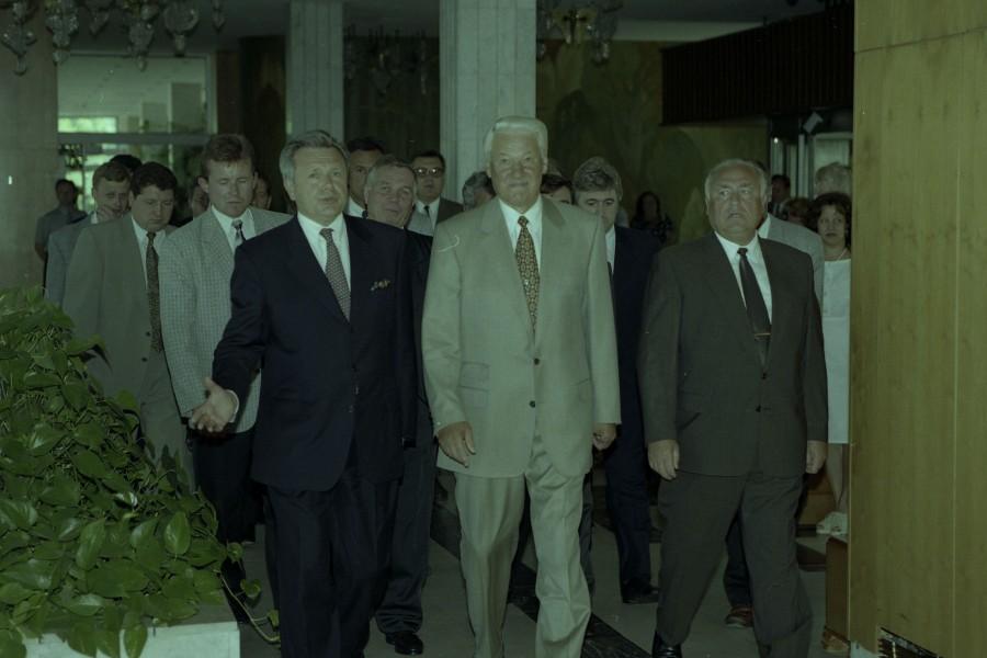 Константин Титов (слева) на встрече с Борисом Ельциным (в центре) и Виктором Черномырдиным (справа) — 1997 год