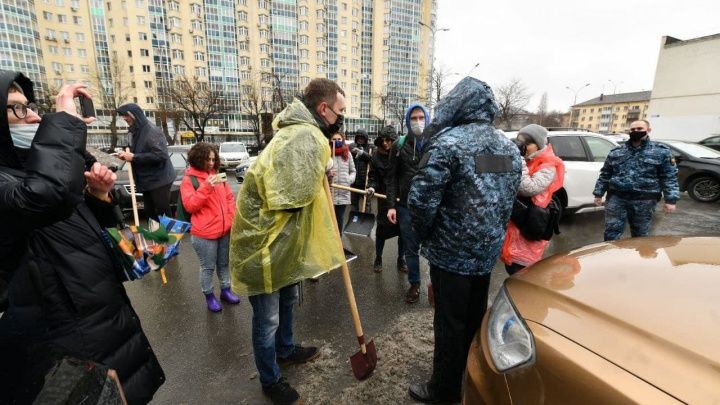В Екатеринбурге журналисты в знак солидарности вышли чистить улицы вместе с коллегой. Их попытались разогнать