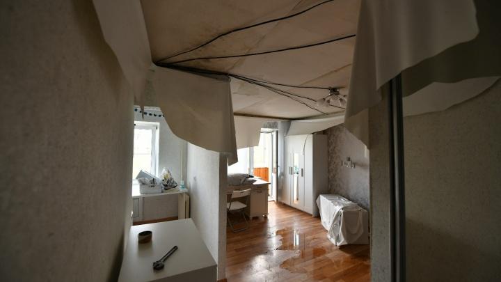 «Здесь жить невозможно». После кошмарного пожара в пятиэтажке на Мичурина заливает квартиры