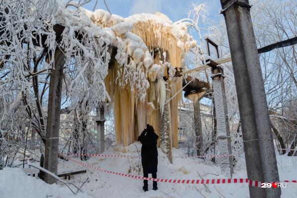Ледяной нарост издалека похож на ядерный гриб