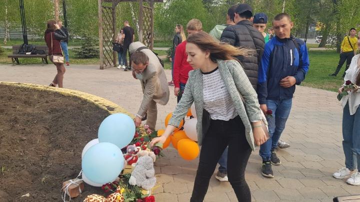 Омичи возложили цветы в память о погибших в школе Казани