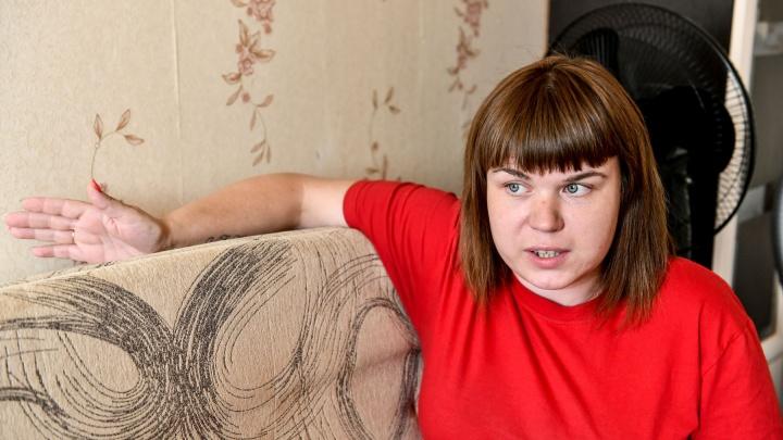 Жилье пропало вместе с братом. В Екатеринбурге опека обменяла две комнаты сироты на халупу в Буланаше