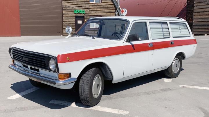 В Новосибирске спасают последнюю советскую «скорую помощь». Смотрим, как устроена внутри «Волга» ГА3–2413