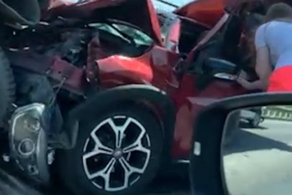 По словам очевидцев, женщина за рулем иномарки осталась жива, но самостоятельно выбраться из покореженной машины не смогла