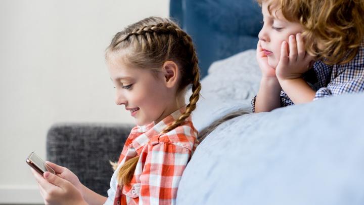 Гаджет c пользой: какие подкасты и каналы принесут пятерки и повысят IQ