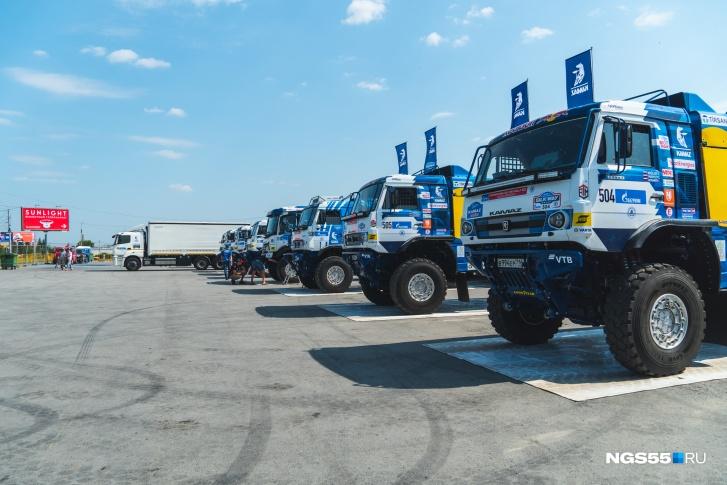 Машины команды «КАМАЗ-мастер», которые вскоре начнут готовить к заезду