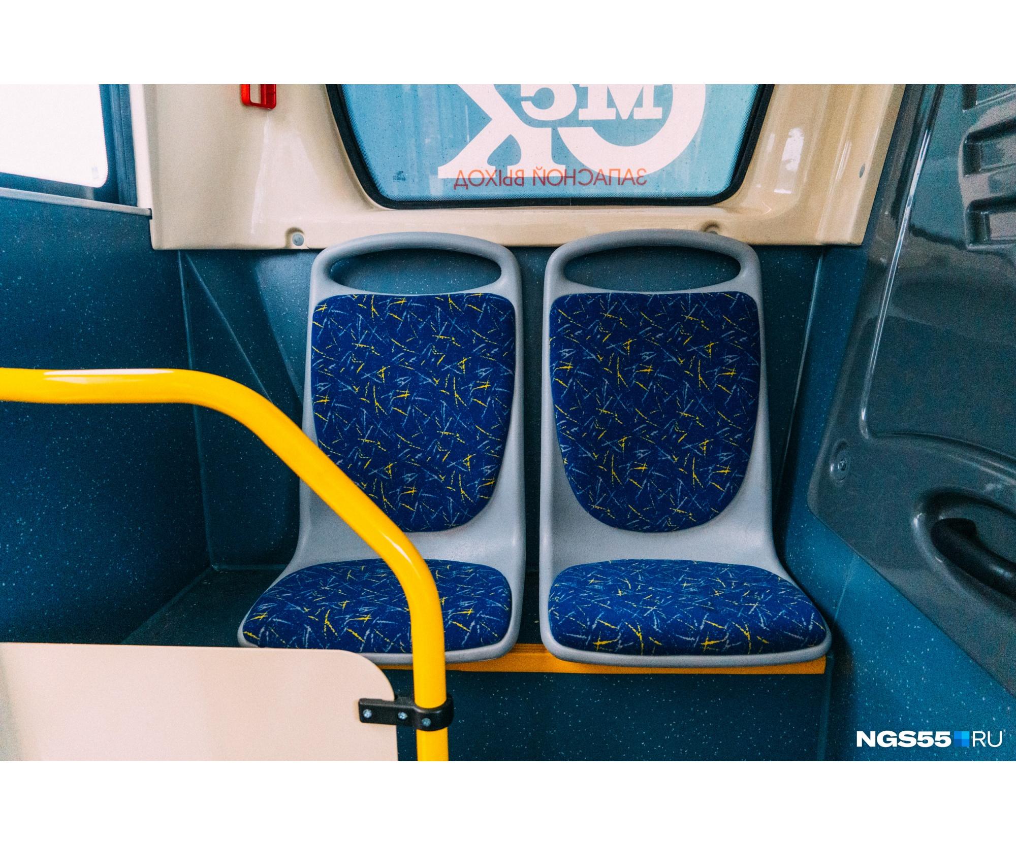 В самом конце автобуса сиротливо спрятались еще два сиденья для пассажиров