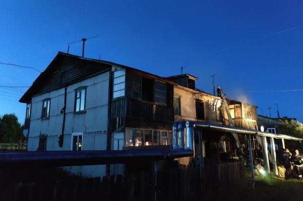 Двухэтажный дом из бруса мог сгореть полностью из-за обогревателей и плит