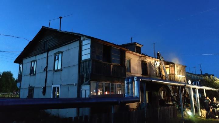 Двое подростков поймали шестилетнего ребенка из окна горящего дома на растянутое одеяло