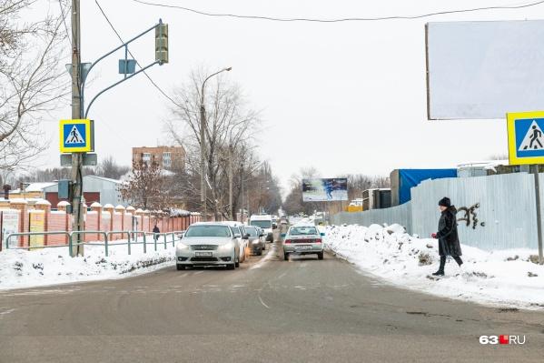 Местные жители жалуются на пробки на перекрестке