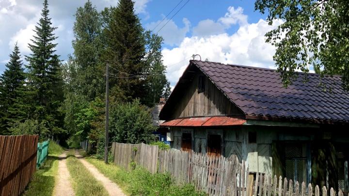 В Дивногорске на женщину рухнула крыша, когда она разбирала ветхий дачный домик