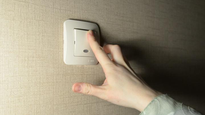 «Свет моргнул три раза и пропал»: сразу в нескольких районах Екатеринбурга отключилось электричество