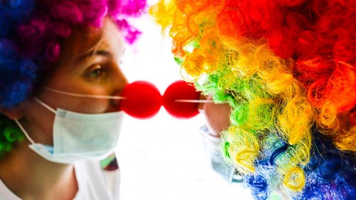 «Меня никто особо не любил, поэтому я обожаю детей»: кто прячется за красными носами больничных клоунов