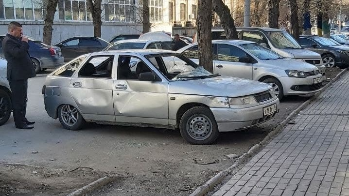 У бара, который открылся на месте «Дома печати», устроили драку и разбили припаркованный автомобиль