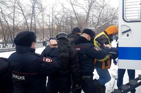 Момент, когда Андрея Кайгородцева уводят в автозак. Мужчина стоял с плакатом про ОПГ