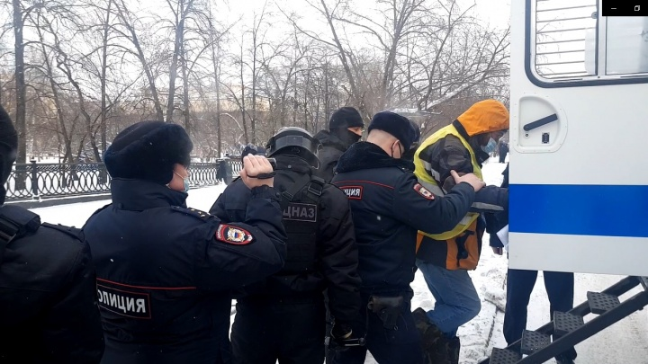 «Подошли люди в масках, взяли под руки и увели»: в Новосибирске начались первые задержания